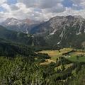 Dolomitské údolí zakončené oranžovou Croda Rosa