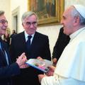 Předání knihy papeži
