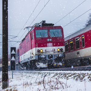 Vlaky v zasneženej krajine