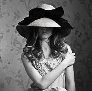 Dievca v klobuku
