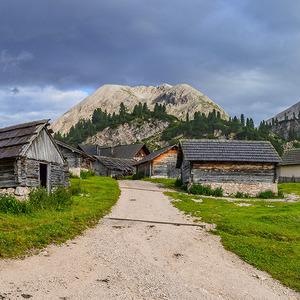 Dedinka v úpätí hôr