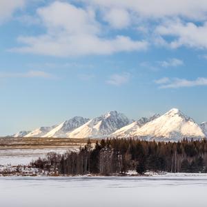 Tatry nad zamrznutým rybníkom