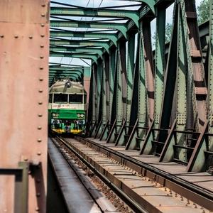 prichádza vlak