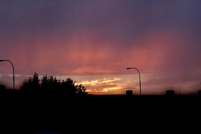 západ slnka pred búrkou
