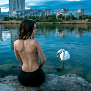 Dievča a labuť