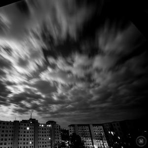 Oblaky nad sídliskom