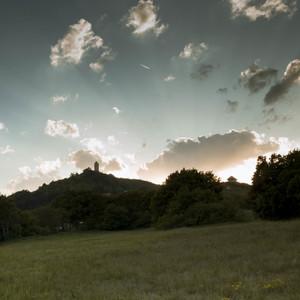 Podhradie pri západe slnka