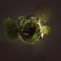 Chalupa v noci little planet