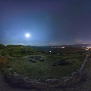 Pustý hrad noc