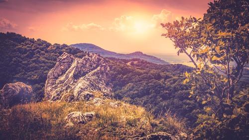 Pohľad z Hromovej skaly, vzadu Plavecký hrad