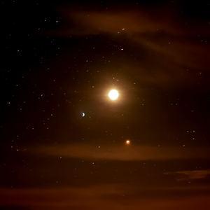 Nočna obloha počas zatmenia M.