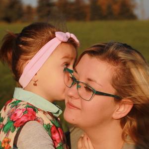 Málá Emka dáva bačko maminke