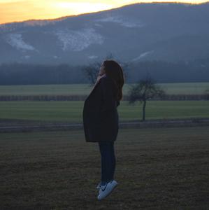 Levitácia pri západe slnka.