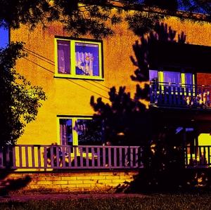 dom vo svetle západu slnka