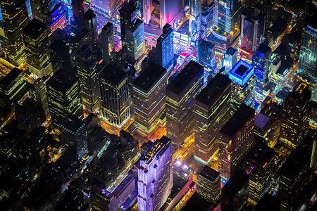 Nočné fotografie New Yorku zachytené z otvoreného vrtuľníka