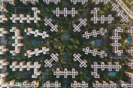 Abstraktné zábery ohraničujú nekonečné vzory architektúry na fotografiách s ohýbaním perspektívy