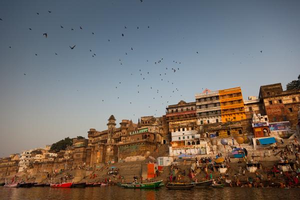 Pohľad na nábrežné schodiská - ghats kde sa kúpu hinduisti
