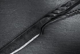 Keltský nôž na tmavo