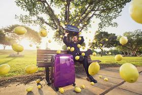 Portrét muža pod padajúcimi citrónmi